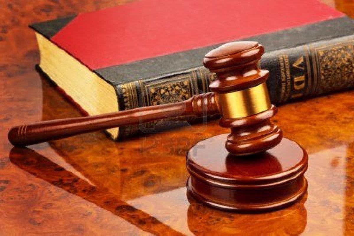 14563317-il-martelletto-di-un-giudice-in-tribunale-si-trova-su-una-scrivania